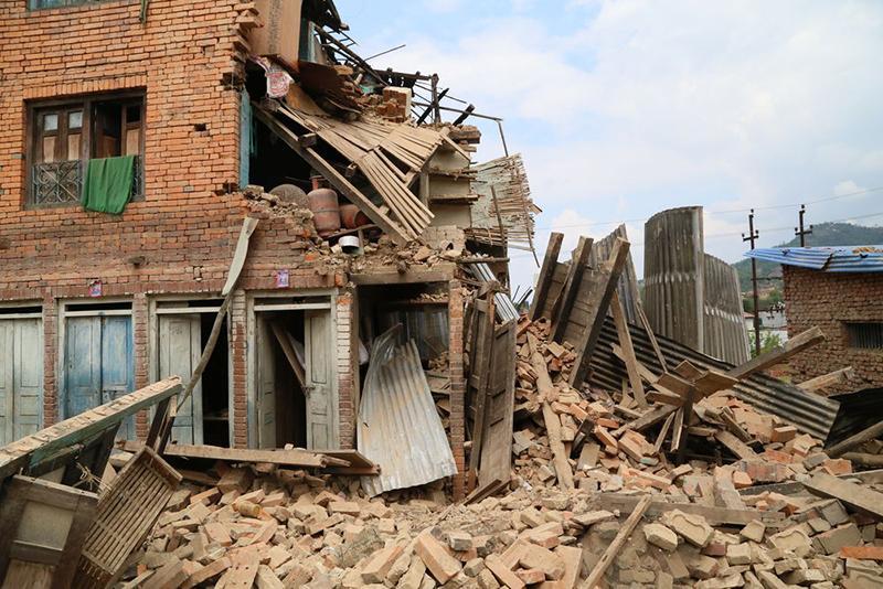 4月25日にネパールを襲ったマグニチュード7・8の大地震で、多くの家が半壊、または全壊した。(写真:OMインターナショナル)<br />
