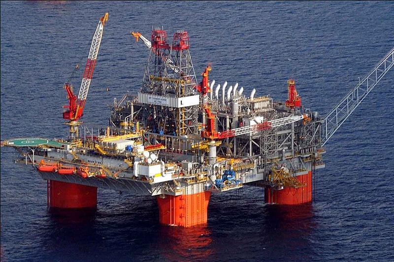 メキシコ湾にある、英BP社と米エクソンモービル社の共同出資による石油プラットフォーム(写真:Andyminicooper)<br />