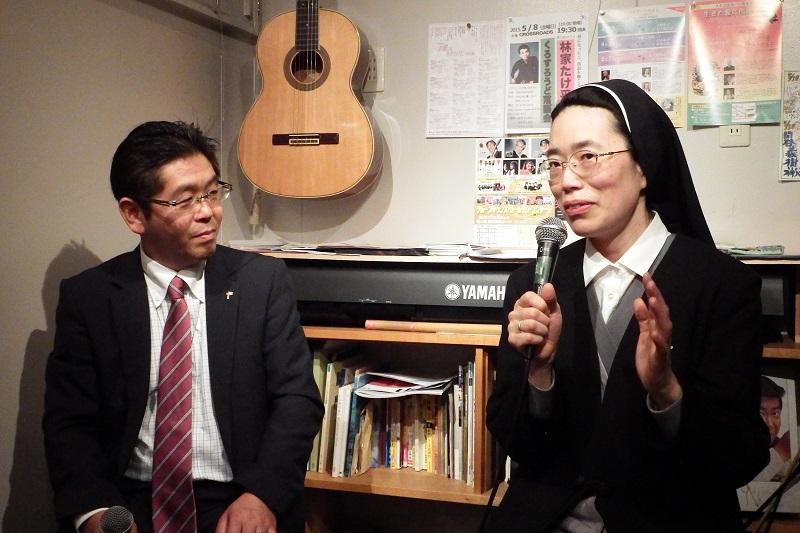 対談したNPO法人マザーハウスの五十嵐弘志さん(左)とイエスのカリタス修道女会の大野祐子シスター=4月23日、CROSS ROADS(東京都渋谷区)で