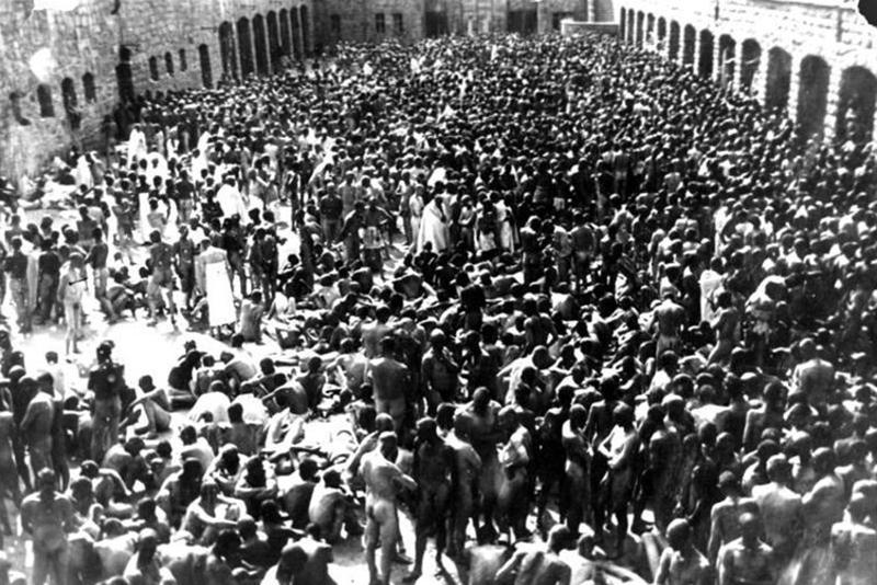マウトハウゼン収容所の作業場で消毒を待つ新しい収容者たち(写真:ドイツ連邦公文書館)