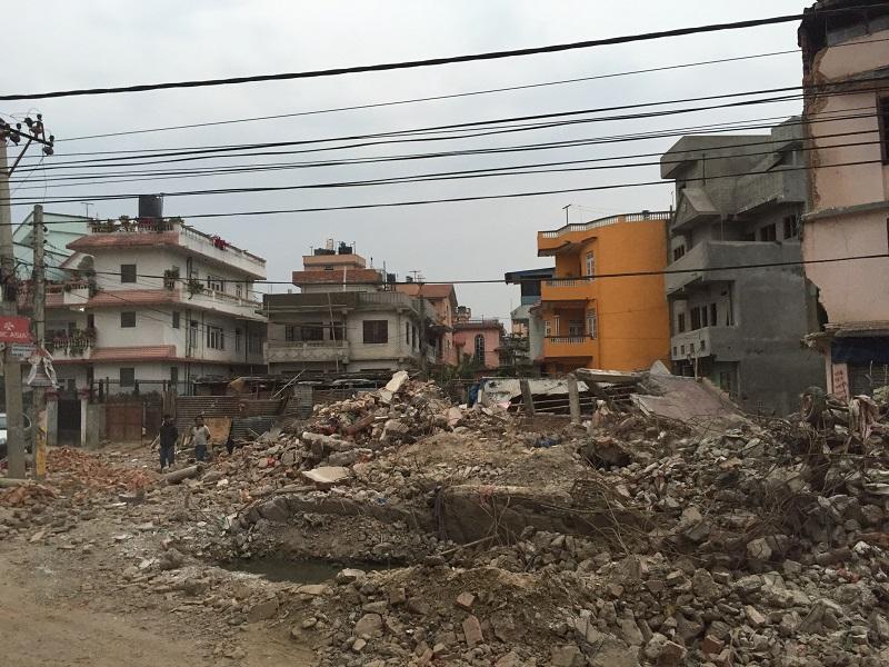 ネパール・キリスト教連盟(NCFN)理事長のテク・ダハル牧師と、NCFNが加盟する世界福音同盟(WEA)のグローバル大使であるブライアン・C・スティラー氏が訪問した「救いの幻教会」跡。同教会には60人がいたが、地震で全壊し、15人が亡くなったという(写真:WEA)