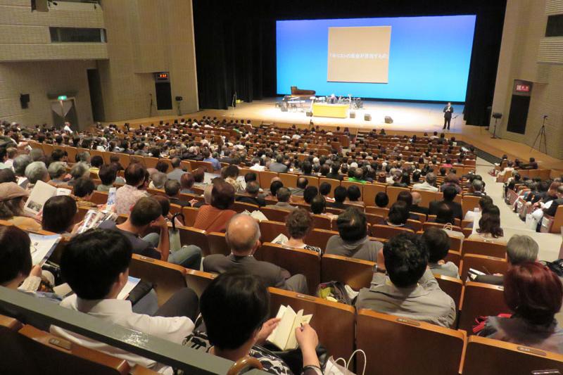 国内外からの来賓や教会関係者ら約1300人が集まった=16日、八尾市文化会館プリズムホール(大阪府八尾市)で