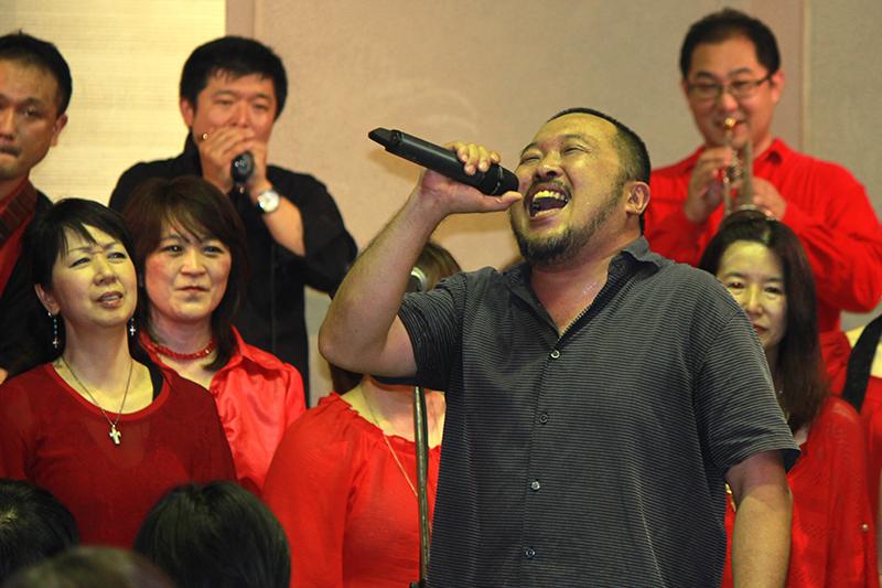 本場米国の黒人教会で音楽指導をする Bro. Taisuke さんの歌声はパワフルそのもの=16日、久遠キリスト教会(東京都杉並区)で