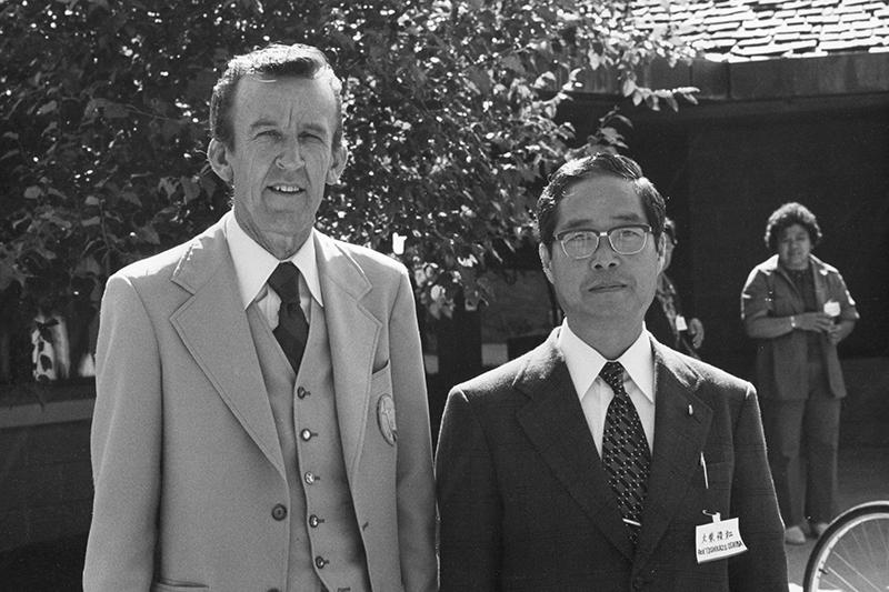 ハーレイ・A・スイガム博士(左)と大柴俊和牧師。1970年代、米国のヤハラセンター前で。