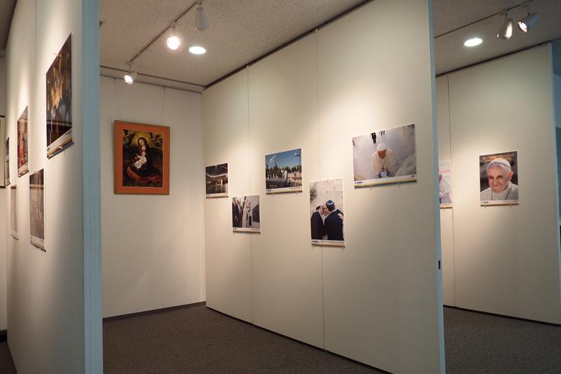 ローマ教皇フランシスコのイスラエル訪問写真展の様子。ユダヤ教の「嘆きの壁」や、シオニズム運動の先駆者テオドール・ヘルツルの墓に献花する教皇の写真なども展示されている=21日、上智大学(東京都千代田区)で