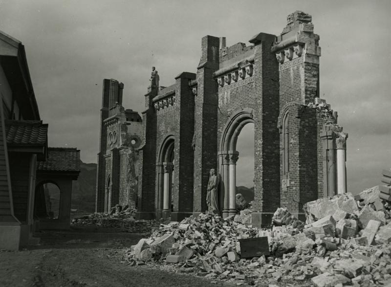 被爆して崩れ落ちた旧浦上天主堂の外壁(写真:井上孝治)
