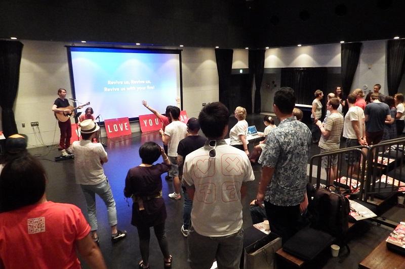午前中に行われた準備祈祷会の様子=26日、横浜にぎわい座(横浜市中区)で