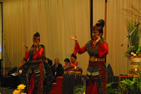アジアの賛美歌を歌わないアジアの教会?