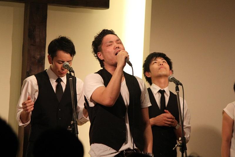 ゴスペルシンガーの中山栄嗣さんは、大手レコード会社のエイベックスでボイストレーナーを務める実力派=5月30日、神の家族主イエス・キリスト教会(東京都足立区)で<br />