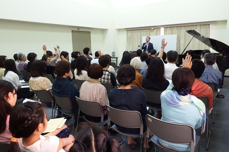 「海外で救いに導かれたという方?」という問いに手を挙げる参加者=5月30日、お茶の水クリスチャン・センター(東京都千代田区)で