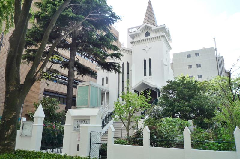 改修により新しくエレベーター(階段左側)が取り付けられた日本キリスト教会横浜海岸教会(写真:同教会提供)