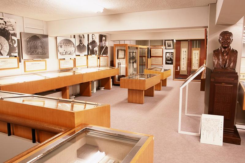 館内で展示される、新渡戸稲造の遺品、蔵書など約8000点の行き先も未定だ。(写真:新渡戸記念館提供)