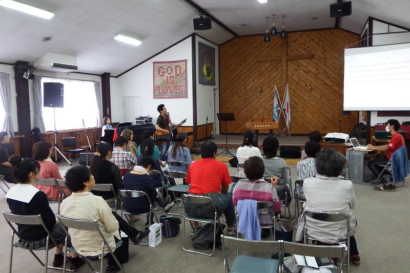 帰国者の気持ちを理解するため、英語での賛美に挑戦する「帰国者支援セミナー」の参加者=6日、日本キリスト宣教団峰町キリスト教会(宇都宮市)で