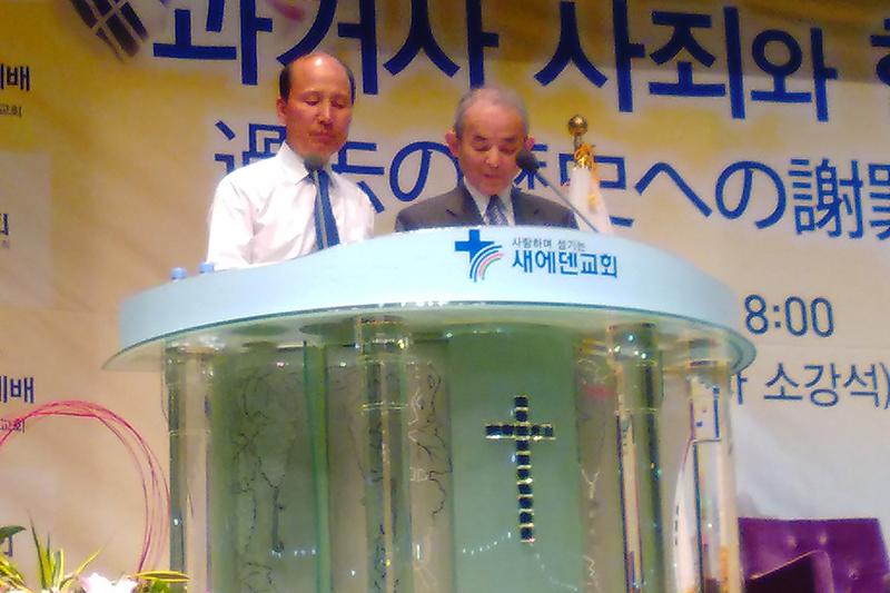日韓教会協議会主催の「謝罪と和解と交流の旅」(5月25〜28日)でソウル郊外のセエデン教会を訪れ、説教する村岡崇光(たかみつ)ライデン大学名誉教授(右)=5月27日、同教会で