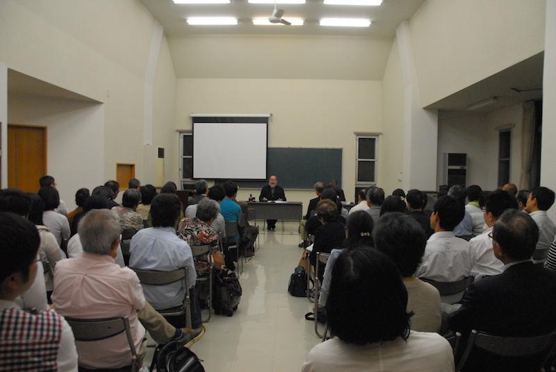講演するマイケル・ラプスレー司祭(中央奥)と参加者ら=9日、聖公会神学院(東京都世田谷区)で