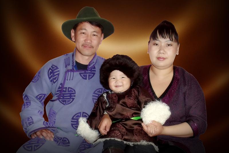 ツグルドゥル君と両親<br />