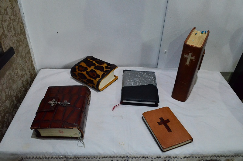 Sさんが作った革製品。「罪友」のメンバーに大人気の聖書カバーは、一つ一つに祈りが込められている。