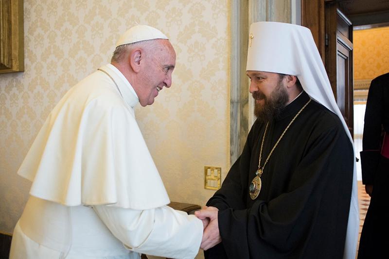 ローマ教皇フランシスコ(左)に謁見するモスクワ総主教庁渉外局長のイラリオン府主教(写真:ロシア正教会)