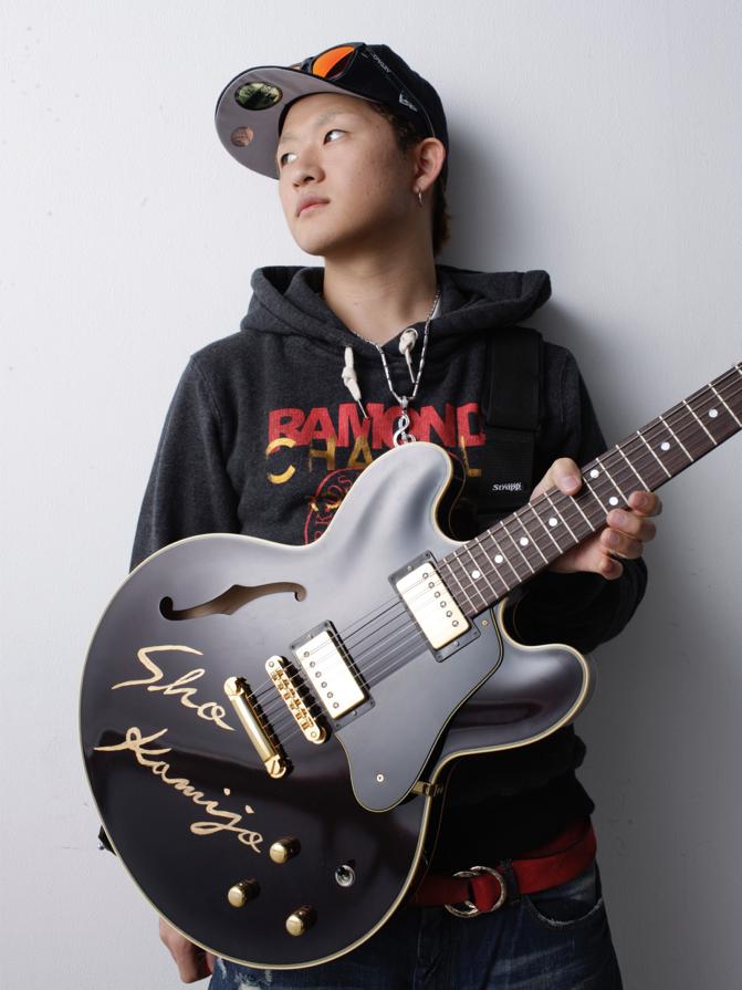 """1985年生まれの""""トップギタリスト"""" Sho Kamijoさん。May J.や三浦大知、MIHIRO~マイロ~らのバンドマスターを務め、レコーディングでは、EXILEや絢香、三代目 J Soul Brothers、倖田來未、BoA、その他多くのアーティストのCD、楽曲に参加している。"""