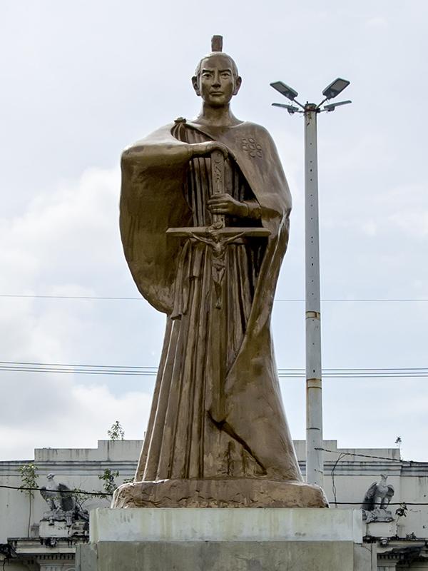 殉教したフィリピン・マニラに建つ高山右近の銅像。イエズス会や宣教師による報告で有名になっていた右近は、マニラに到着したとき、スペインの総督フアン・デ・シルバらから大歓迎を受けたという。(写真:IJVelas)