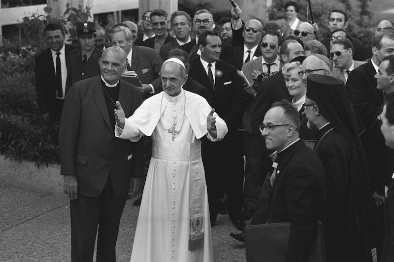 1969年に世界教会協議会(WCC)本部で、当時のWCC総幹事ユージーン・カールソン・ブレイク博士や他の教会の高位聖職者たちからあいさつを受ける当時のローマ教皇パウロ6世(写真:WCC)