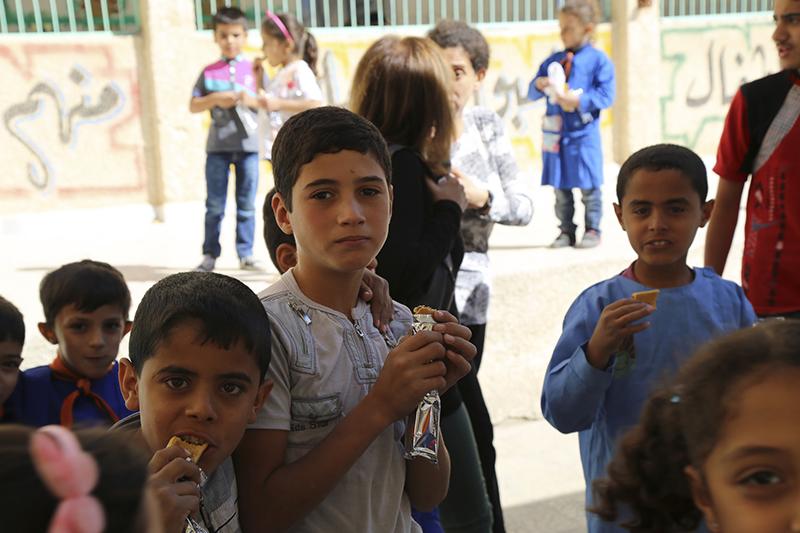 国連世界食糧計画(WFP)から支給された食べ物を食べるシリアの子どもたち=2014年9月30日(写真:WFP / Hussam Al Saleh)