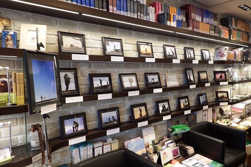 バイブルハウス南青山の店内壁一面に展示された木原新太郎さんの写真=4日、バイブルハウス南青山(東京都港区)で