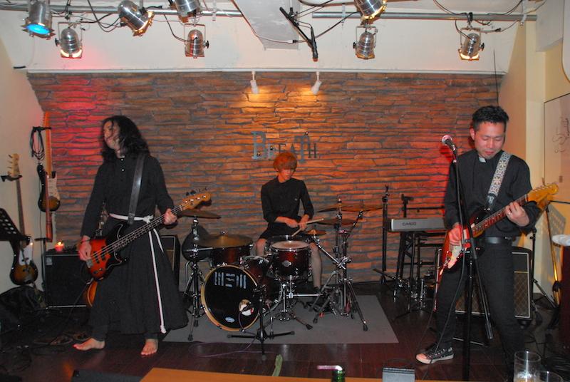一緒に演奏する牧師ROCKSの関野和寛牧師(左)、笠原光見(こうけん)牧師(右)と、今回サポートドラマーとして参加したHINATAさん=6月26日、東京・下北沢のライブバー「BREATH」で