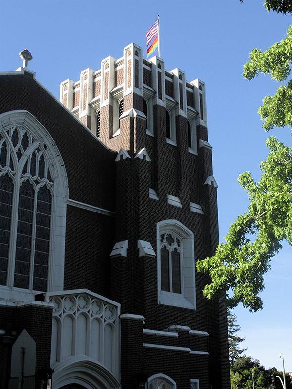 星条旗とともにLGBT(性的少数者)指示を示すレインボー・フラッグを掲げる米国聖公会のセント・ポール教会(カリフォルニア州オークランド)(写真:Stephen Wedgwood)