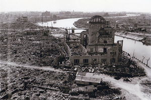 一瞬で焦土と化した広島の中心部。中央は現在の原爆ドーム。(写真:広島平和記念資料館提供)<br />