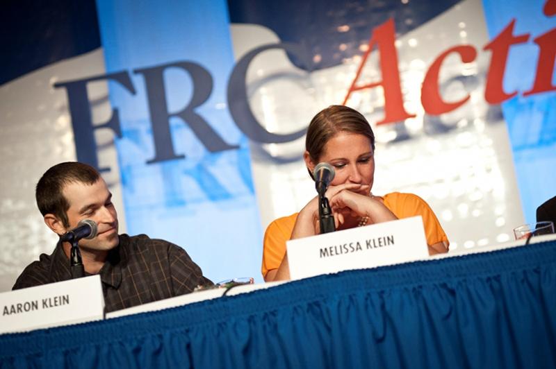昨年ワシントンで開かれた家族研究協議会(FRC)主催の価値観を重視する有権者サミットで語る、オレゴン州にあったケーキ屋「スイート・ケークス」の元オーナー夫妻、アーロン・クラインさん(左)とメリッサ・クラインさん=2014年9月26日(写真:FRC / キャリー・ラッセル・ネッパー)<br />