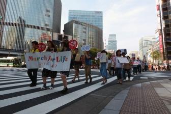 「中絶やめよう」笑顔のデモ 国会議事堂目指して市民ら80人行進