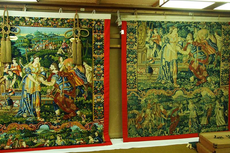 右が1718年から伝わる現物。左は復元・新調されたもので、巡行ではこちらが函谷鉾(かんこぼこ)の前懸(まえかけ)として飾られる。