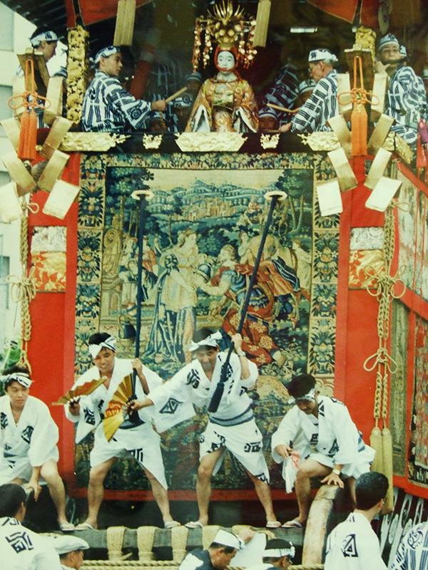 京都・祗園祭 300年伝わる旧約聖書「イサクの結婚」の毛綴飾る函谷鉾