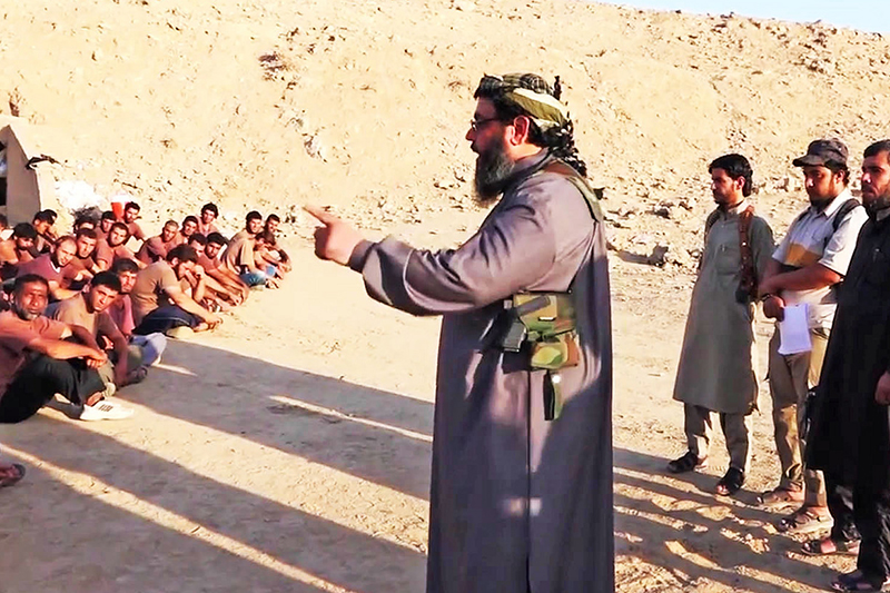 「イスラム国」(IS)のブートキャンプで教えるシャイフ(イスラム教の長老、中央)(写真:Karl-Ludwig Poggemann)