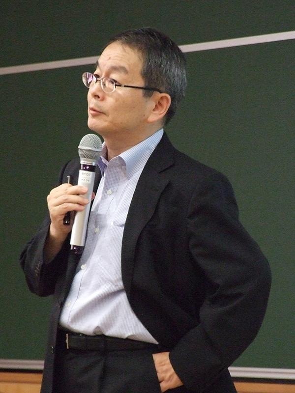 講演する和田喜彦氏(同志社大学経済学部教授)=11日、同大今出川キャンパス(京都市)で