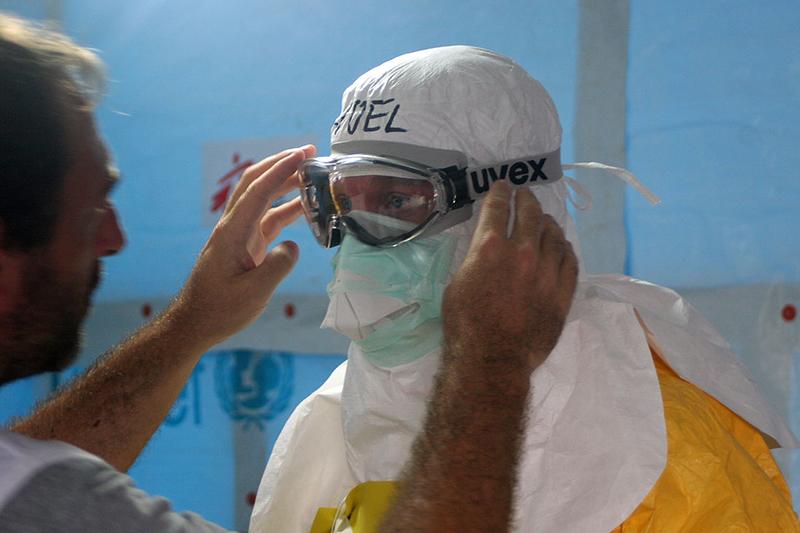 リベリアでエボラ出血熱の治療に当たるため、防護服を着る医療スタッフ(写真:CDC Global)