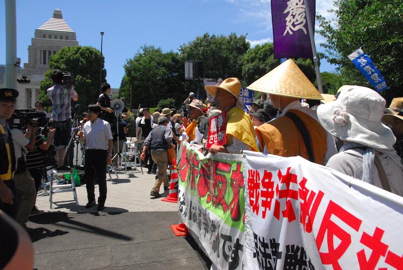 安保法案は「戦争法案」だとして国会正門前で抗議デモを行う宗教者ら=15日