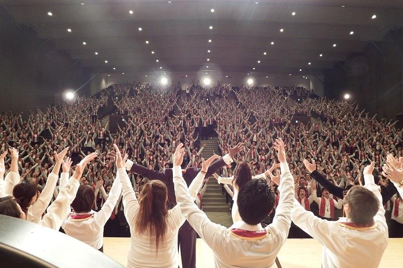 今年3月に青山学院講堂(東京都渋谷区)で行ったレコーディングとプロモーションビデオの撮影の様子