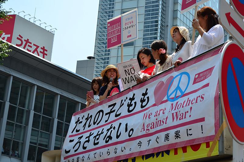 全国から集まった「ママ」たちが、「だれの子どももころさせない!」と訴えた=26日、東京・渋谷駅前で