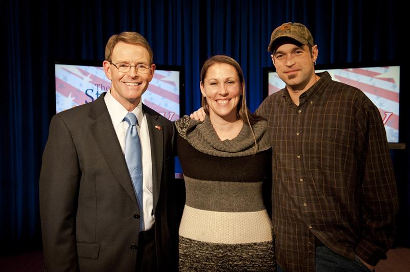 家族研究協議会の「ステイト・オブ・ザ・ファミリー」に登場した、トニー・パーキンス同協議会代表(左)と、「スイート・ケークス」のオーナー、メリッサ・クラインさん(中)とアーロン・クラインさん夫妻=1月19日、米ワシントンで(写真:家族研究協議会 / キャリー・ラッセル・ネッパー)<br />