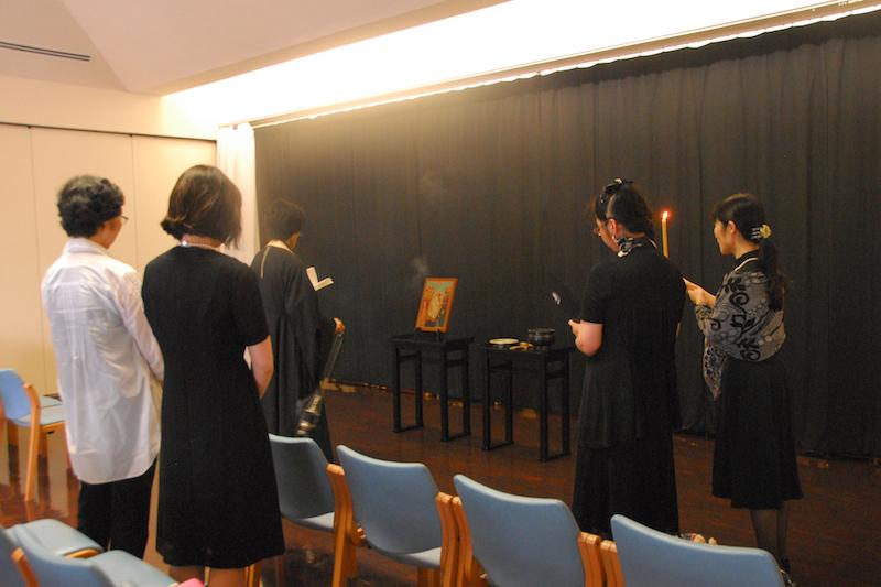 鎌倉霊園の祭場で献じられた、杉原千畝氏を記憶するための祈り「パニヒダ」の様子=28日