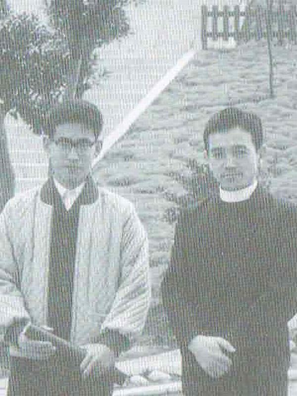 栄光学園時代の大木章次郎神父(右)