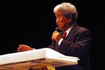 「ロバート・カヤンジャ・ミラクルミーティング」の開幕集会で講演する滝元明氏(2006年)