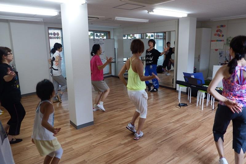 「賛美クス」は、子どもからお年寄りまで、性別関係なく楽しくエクササイズできる=7月30日、フィットネススタジオ「Terra」(東京都調布市)で