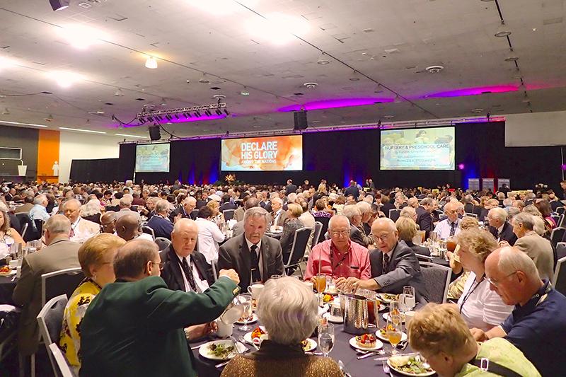 地元教会の牧師夫妻約500人を招待して開かれた晩餐会。総勢2500人以上が一堂に会した。
