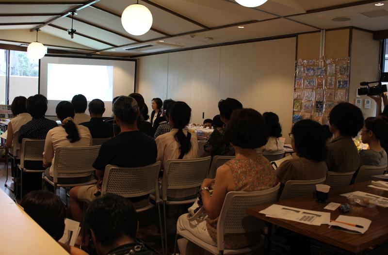 フェスティバル前半に行われた「たらんと活用セミナー」の様子。壁際にはブースが設けられ出品者の商品が並んだ=1日、東中野キングス・ガーデン(東京都中野区)で