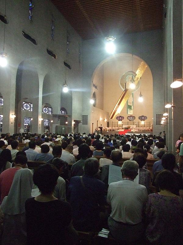 午後7時から行われた「平和のための祈りの集い」=5日、カトリック幟町教会・世界平和記念聖堂(広島市中区)で