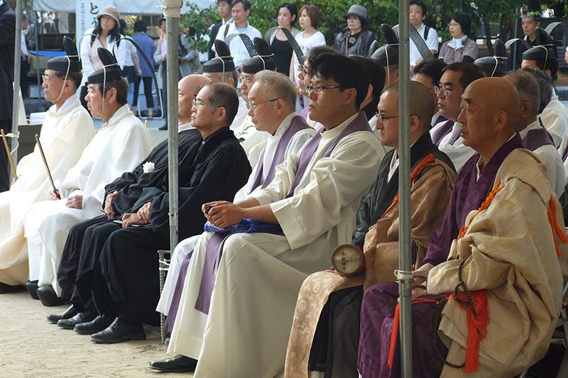 6日朝に広島平和記念公園内の原爆供養塔前で行われた「宗教者平和の祈り」