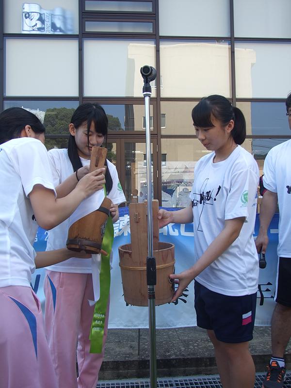 長崎の鎮西学院高が平和大行進 10代から80代まで「命の水」受け継ぎ30キロをリレー
